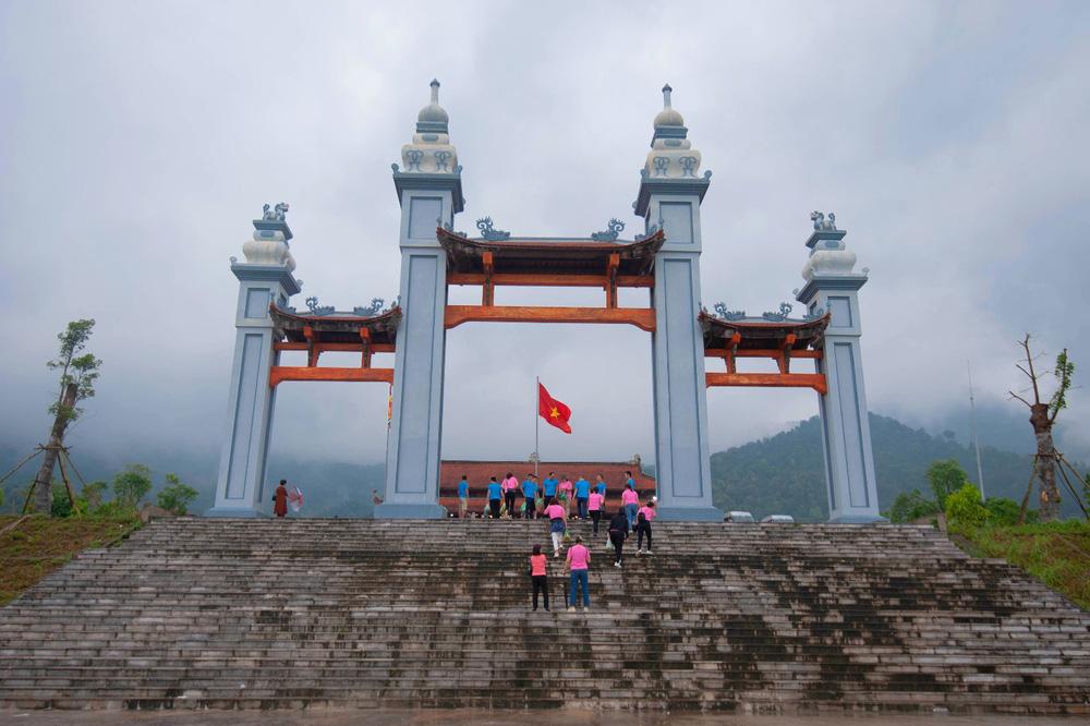 """Cổng vào chùa Hạ, được ví như """"Cổng Trời"""" là một trong những địa điểm thu hút khách du lịch đến tham quan, check in."""